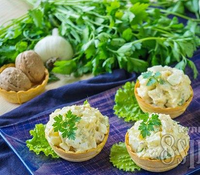 Салат в тарталетках с курицей и ананасом