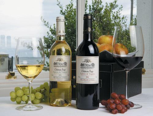 vina-s-zakuskami-na-prazdnichnom-stole