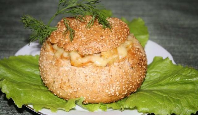 prigotovlenie-teplogo-salata-v-bulochkah