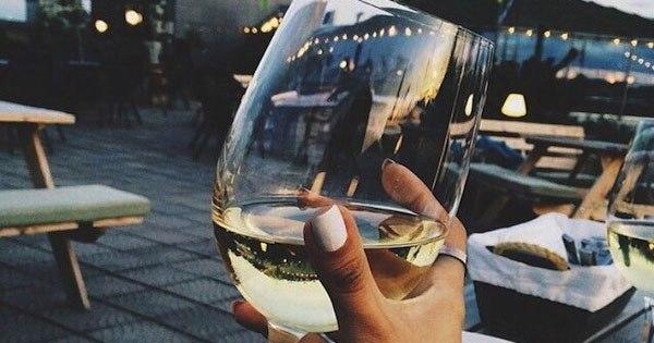 женщины сидят выпивают