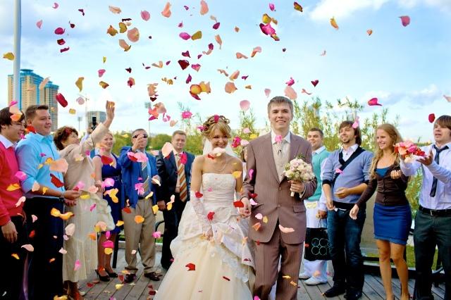 Обряд встречи молодых — начало свадебного торжества