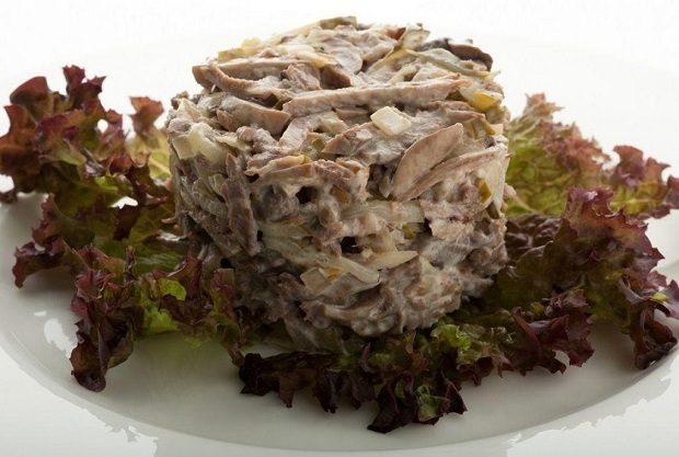 С говяжьим языком и маринованными грибами