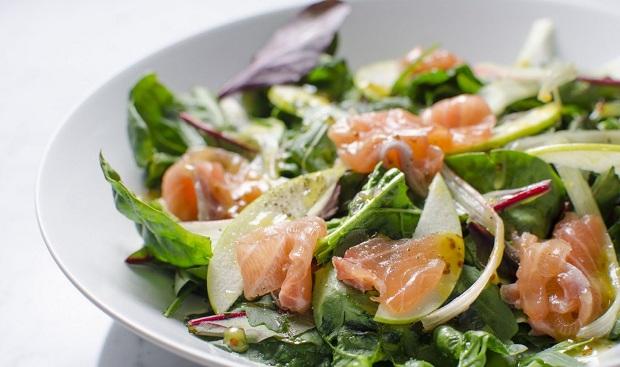 Салат с лососем и яблоками