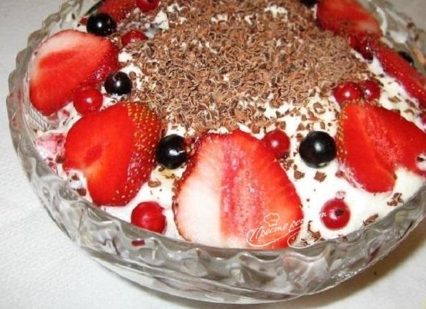 Сливочный салат с ягодами и шоколадной стружкой