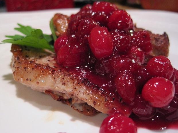 Тушенное мясо с брусничкой