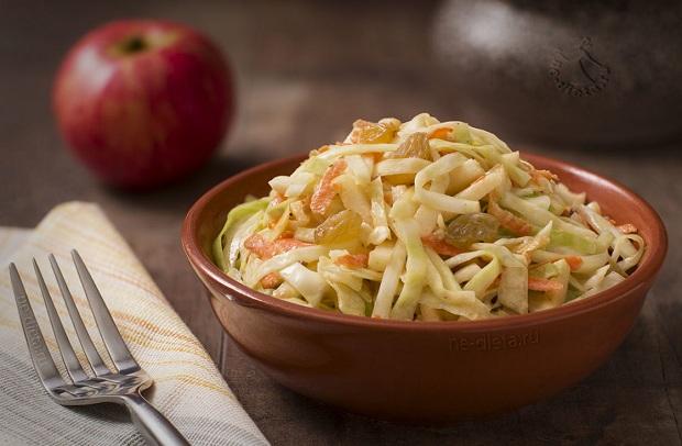 Капустный салат с яблоком и изюмом