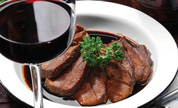 Мраморная говядина в красном вине