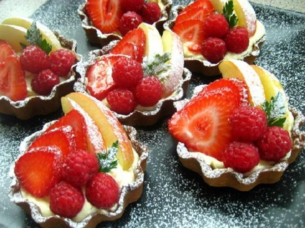 Пирожные с фруктами и маскарпоне