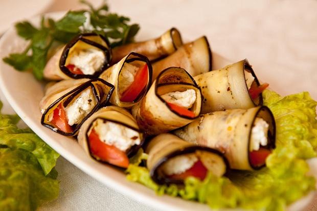 Рулеты из баклажанов с томатами и сыром моцарелла