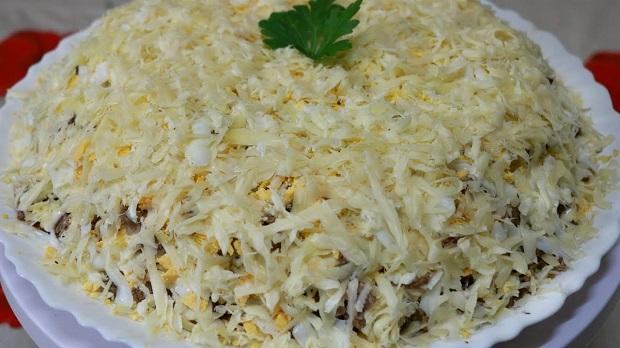 Салат с говядиной и луковым маринадом
