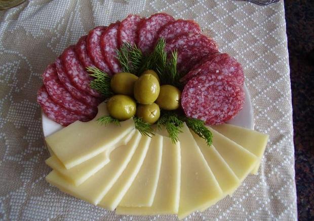 Сырная нарезка с сырокопченой колбаской